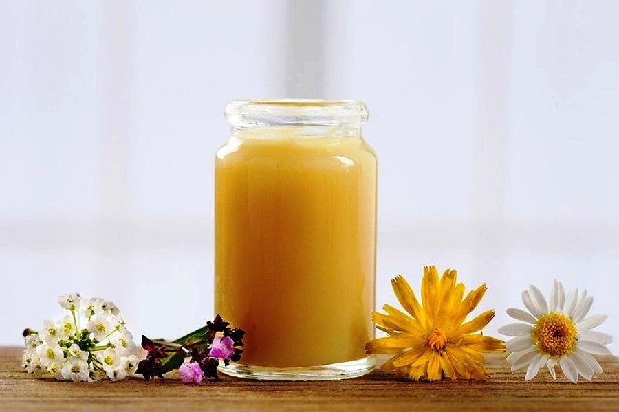 Sữa ong chúa đặc và có màu vàng